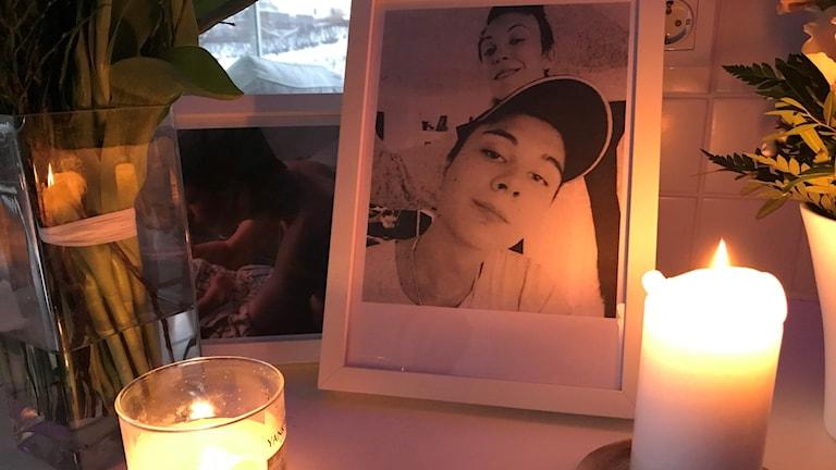 Den döde 20-åringen och ett par tända ljus. Foto: Rebecka Montelius/Sveriges Radio.