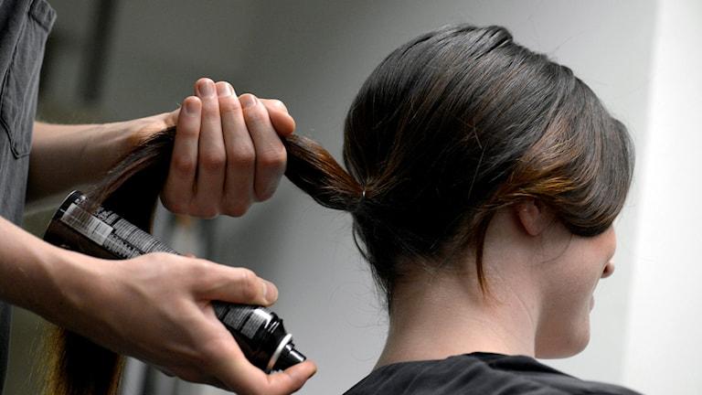 Kvinna hos frisör.