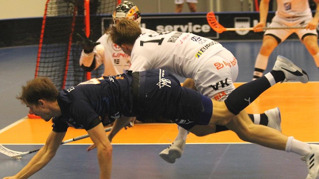 Det var stundtals hårda tag i kvartsfinalen mellan Mullsjö och Dalen.