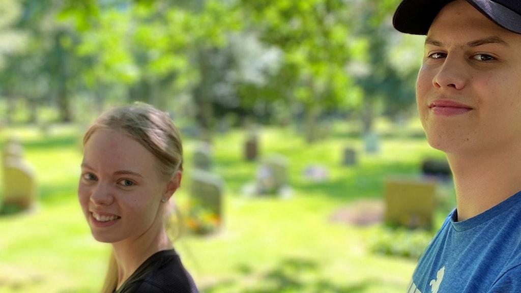 Två ungdomar som sommarjobbar på en kyrkogård.