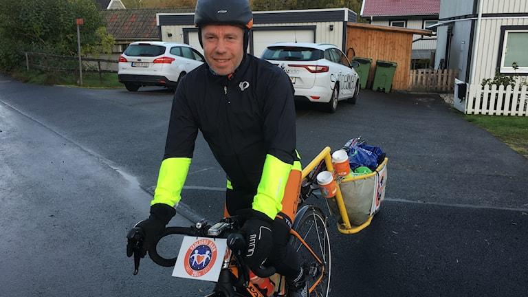Mikael Kulanko drar iväg på cykeln.