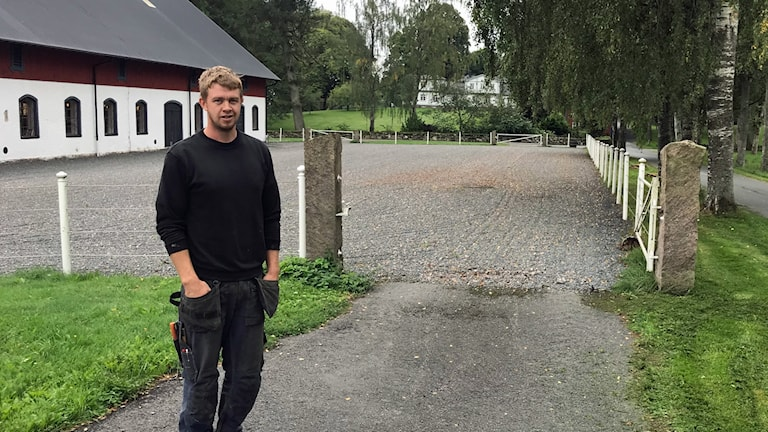 Martin Björn framför ladugård.