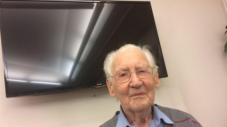 Erik Lindberg på äldreboendet i Norrahammar kräver nu tillbaka avgiften från Radiotjänst.