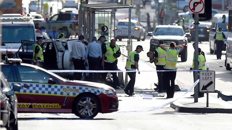 Poliser och avspärrningar i trafiken.