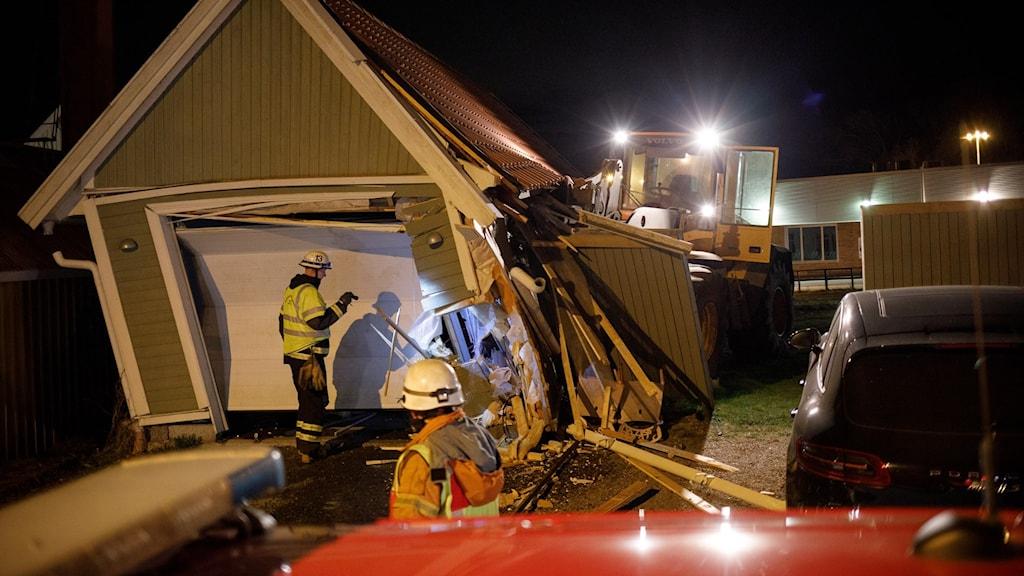 Förstört garage och hjullastare