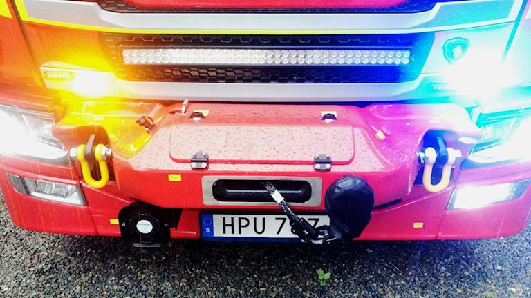En röd brandbild med blinkande blåa ljus