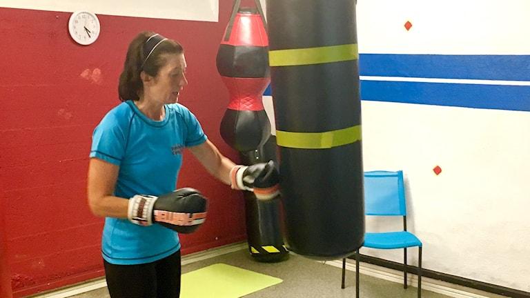 Annelie Andersson boxar på en säck.