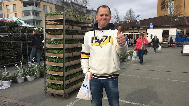 Hans Tornåker visar tummen upp iförd en HV-tröja.