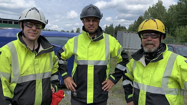 Tre av medlemmarna i Team rescue Mullsjö står utomhus i skyddsmondering.