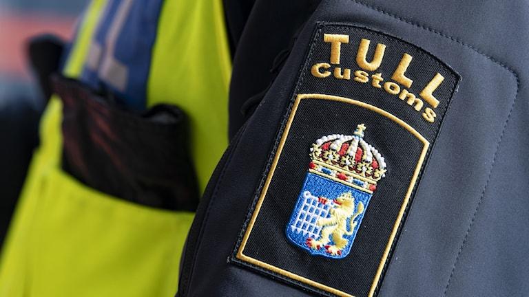Detaljbild på tullares uniform.