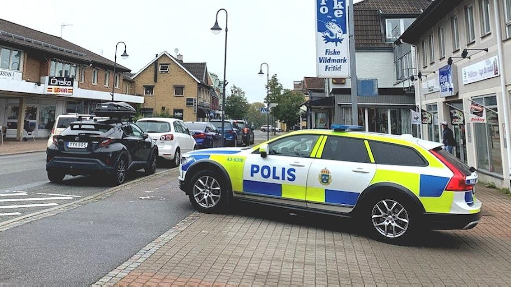 Polisbil som står parkerad på gatan i Gislaved där en man mördades i natt.