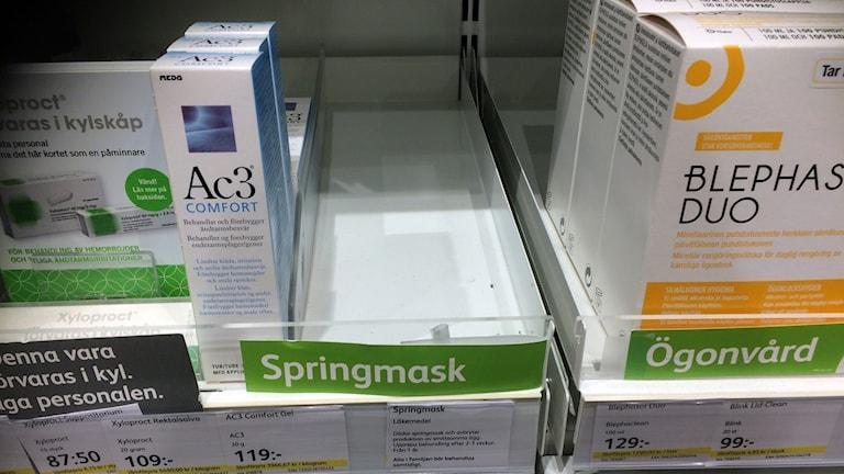 På en hylla på apoteket är det tomt där medicinen mot springmask ska stå.
