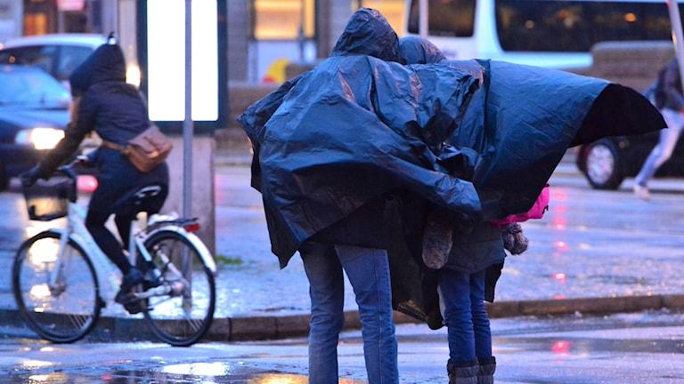 Människor på gatan en blåsig dag. Foto: Johan NIlsson/TT.