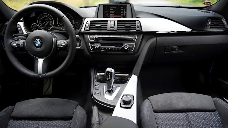 En ratt och instrumentpanel i en bil.
