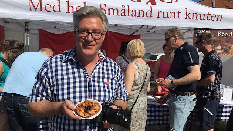 Lars Persson håller upp Eksjös signaturbulle Eksjöknuten.