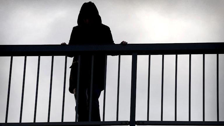 Kvinna vid bro.