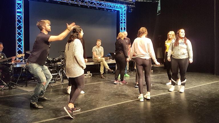 Här repar musikerna och skådespelarna i Vetlandarevyn