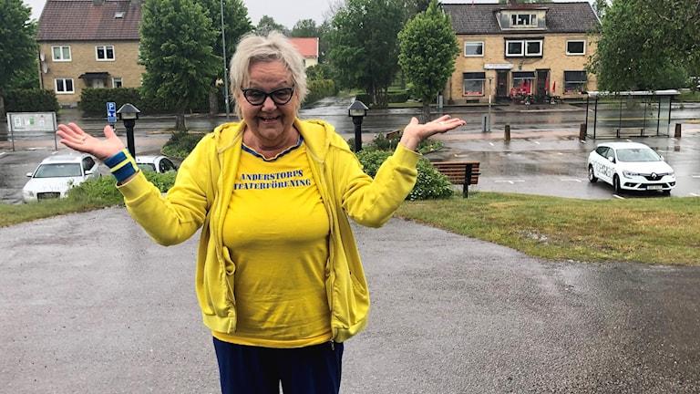Mary Nilsson Fridén i gulblå kläder på torget i Anderstorp där firandet brukar vara.