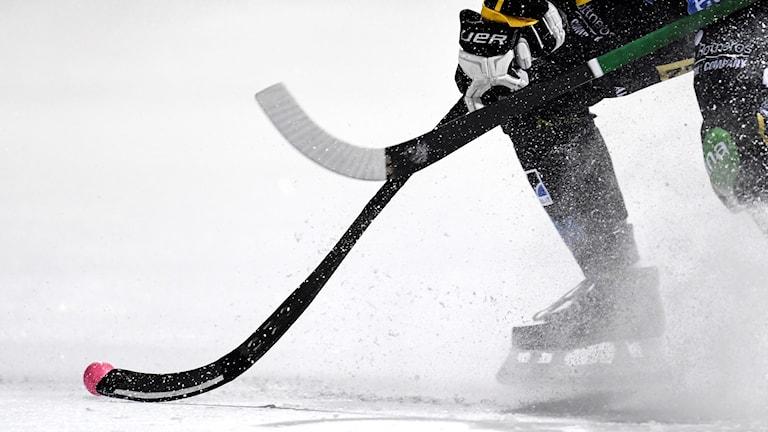 En bandyspelare på isen.
