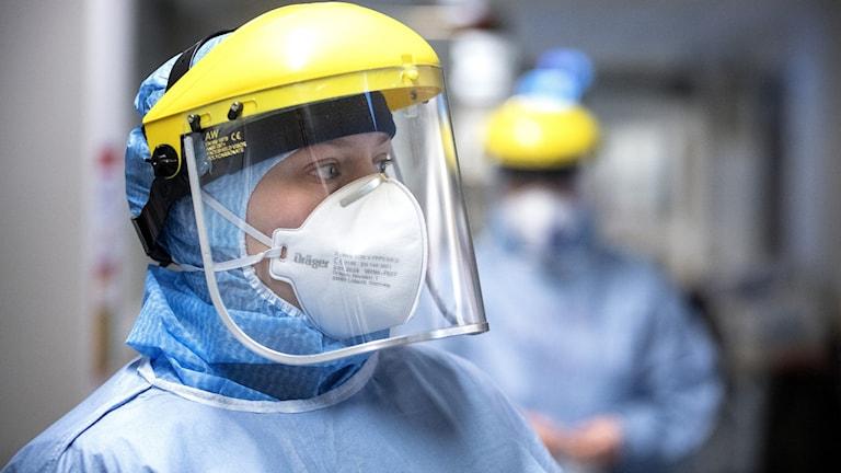 Sjukvårdspersonal i skyddsutrustning.