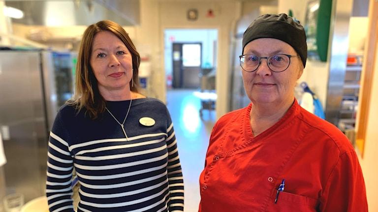 Två kvinnor i skolmatsal