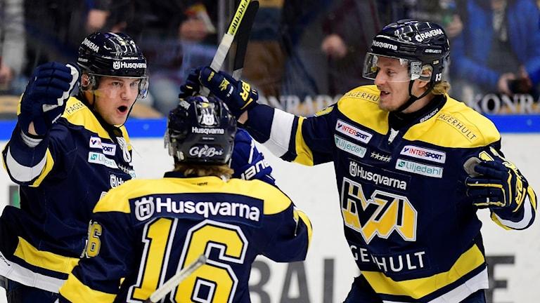 HV71-spelare jublar efter ett mål.