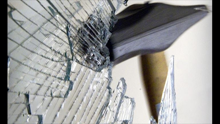 Hammare krossar fönster (foto Claudio Bresciani / SCANPIX)
