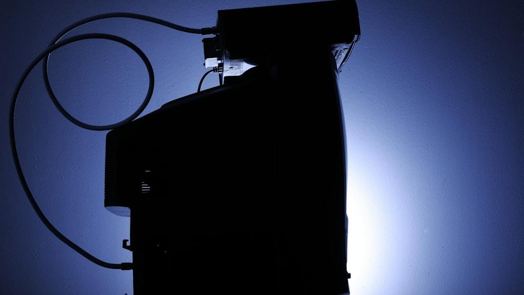 En tjock-tv med en box ovanpå