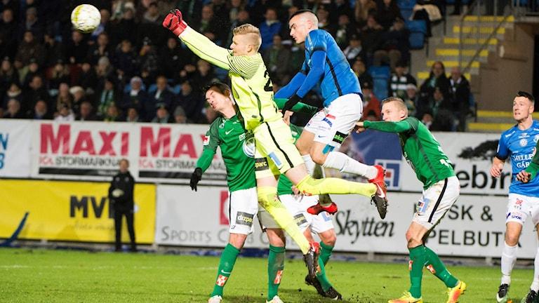 J-Södras målvakt Anton Cajtoft boxar ut bollen när han själv är i luften.