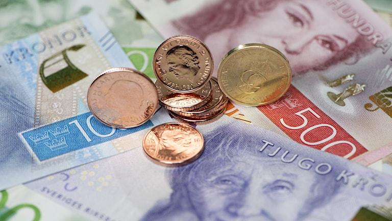Nya svenska mynt och sedlar ligger huller om buller.