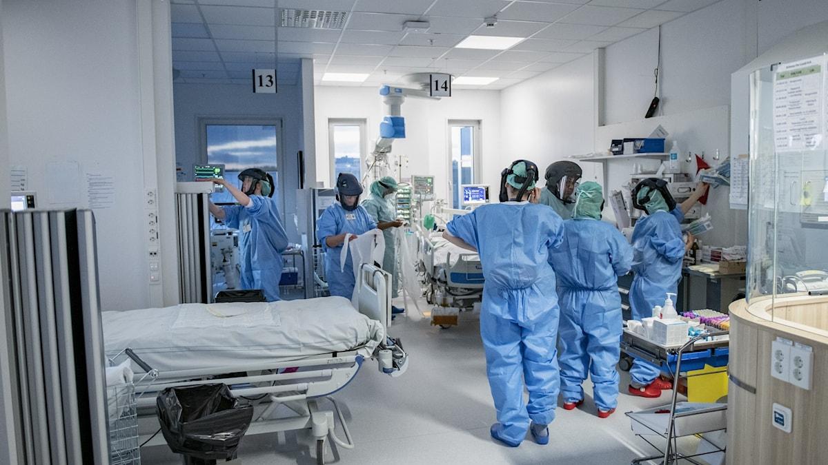 Vårdpersonal i skyddsutrustning på en IVA-mottagning.