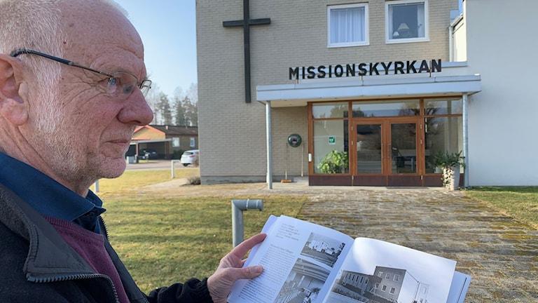 En man står framför Missionskyrkan i Hånger.