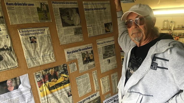 Rolf Alkhagen vid en massa tidningsurklipp om motorbana i Jönköping. Foto: Oskar Mattisson/Sveriges Radio.