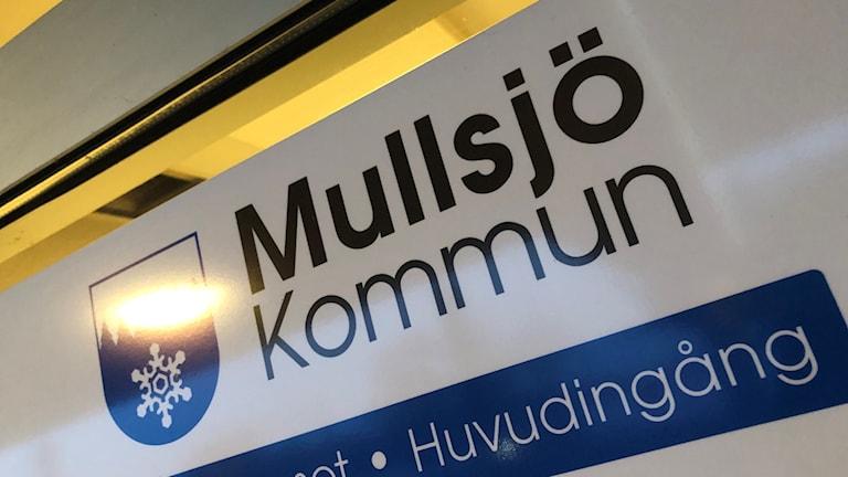 """Bild på dörren in till kommunhuset i Mullsjö, där det står """"Mullsjö kommun""""."""