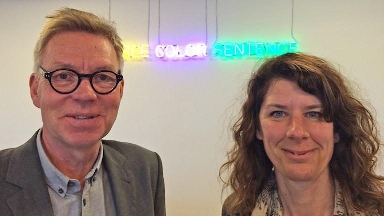 Göran Hellberg och Johanna Enger framför ljusverket av Joseph Kosuth, Vandalorum.