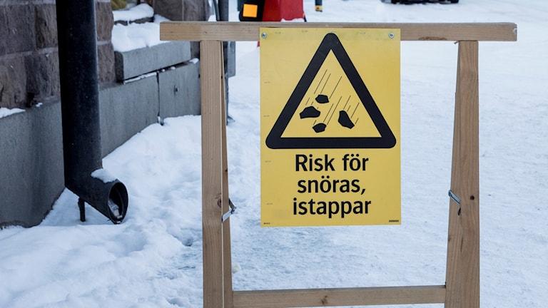 En skylt som varnar för snöras.
