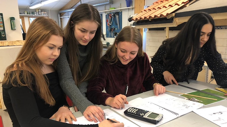 Fyra tjejer i ett klassrum.