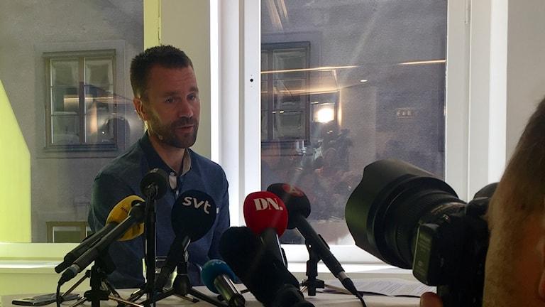 Johan Gustafsson under presskonferensen.