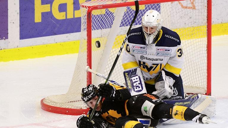 Skellefteås Jesper Olofsson framför HV71:s målvakt Linus Söderström.