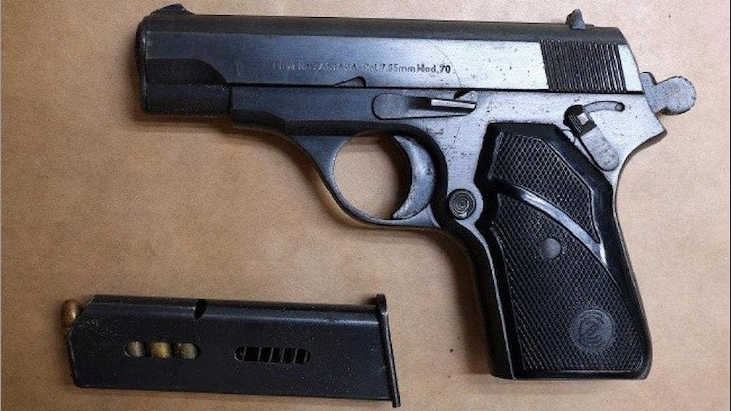 En pistol och ett magasin på ett bord