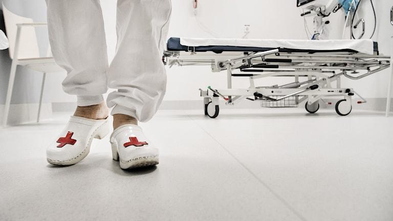 Sjukvårdspersonal med trätofflor.