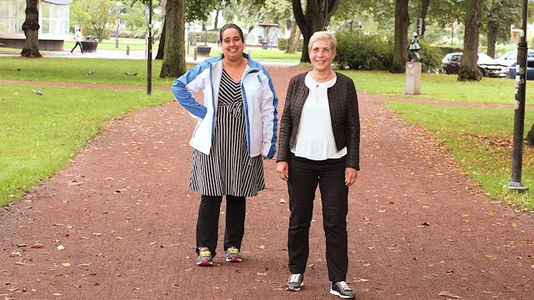 Två kvinnopr står på en grusväg i en park i jönköping.
