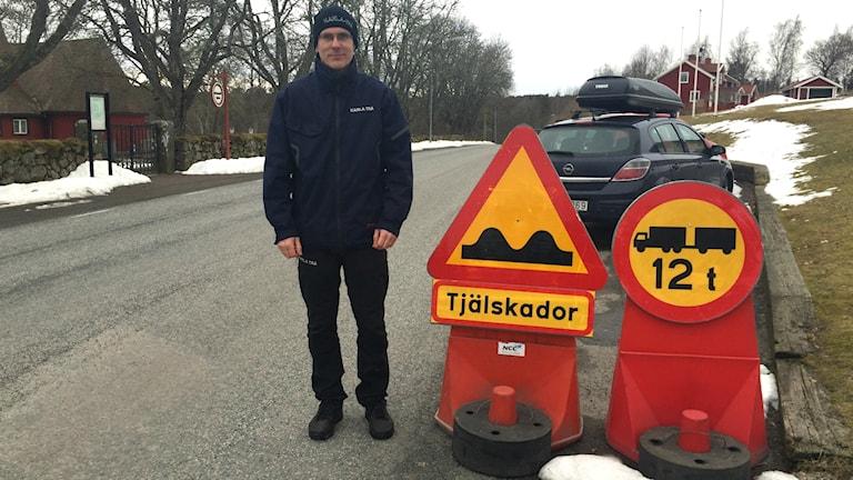 Erik Kjellberg vid en av vägarna där det nu inte går att hämta virke på grund av tjällossningen.