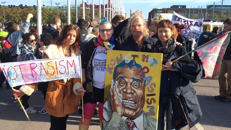 Karin till vänster och hennes kollegor på Mullsjö folkhögskola demonstrerar i Göteborg med konst mot rasism.