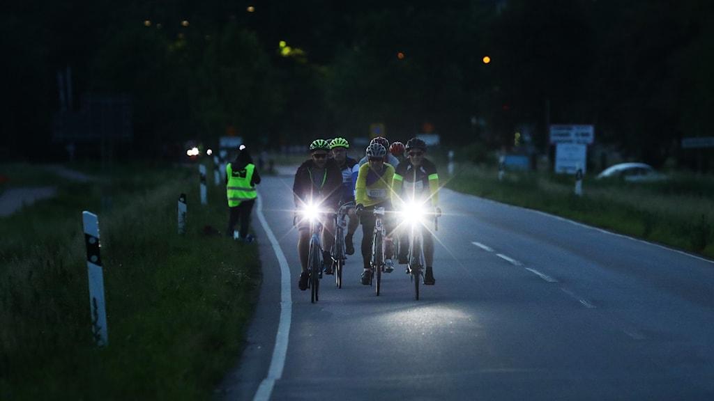 Bild på cyklister i mörker.