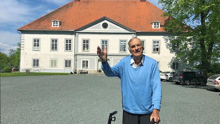 Rolf von Otter framför Västanå slott.