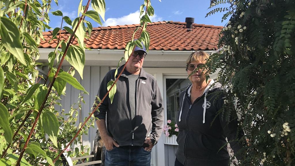 Ett par framför ett hus