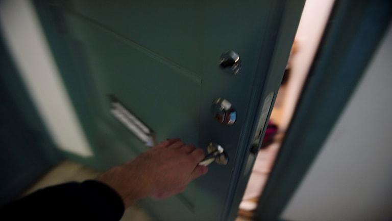 En hand som öppnar en dörr.