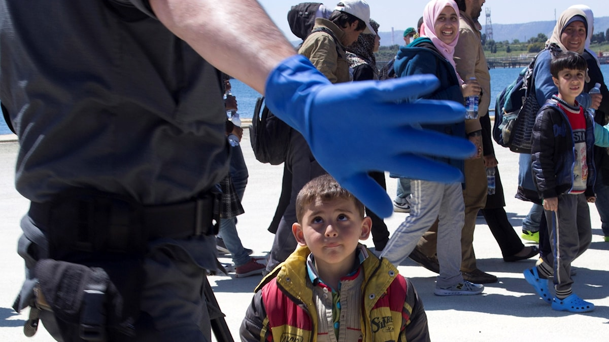 Barn vid gränskontroll. Migranter har räddats på Medelhavet och anlänt till Sicilien (arkivbild).