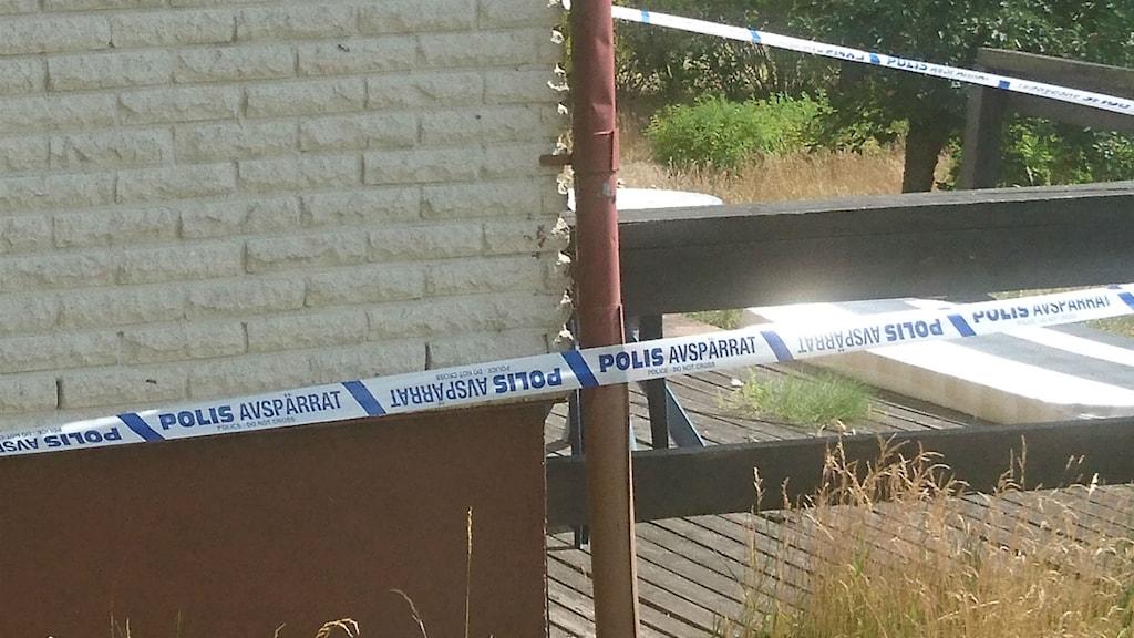 Polisen har spärrat av villan där spädbarnen hittades döda.